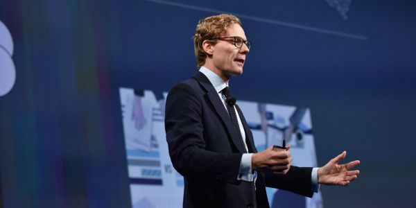 Scandale Facebook:  Cambridge Analytica annonce la suspension de son patron